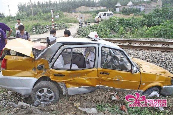 火车/出租车尾部被火车撞烂。