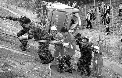 张泽供/救援人员将伤者从沟里抬出张泽供图