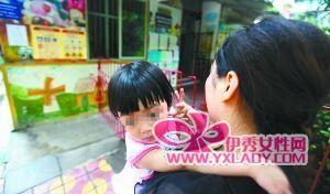 教室 老师/6月23日,渝中花园小区小蜜蜂幼儿园,琪琪靠在妈妈怀里说不想...