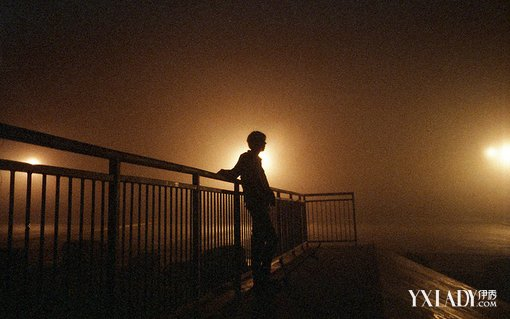 【图】一组孤独一个人伤感男孩照片 49句男生孤单绝望图片