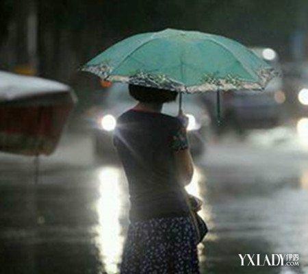 【图】看雨中打伞女孩背影图 是否勾起你内心深处的伤