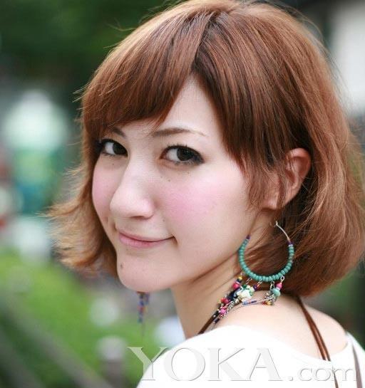 发髻两边的内外卷发很好的修饰了菱形脸的mm,让自己的脸型看起来更有图片
