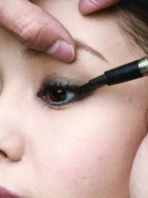 画眼线的技巧_画眼线视频