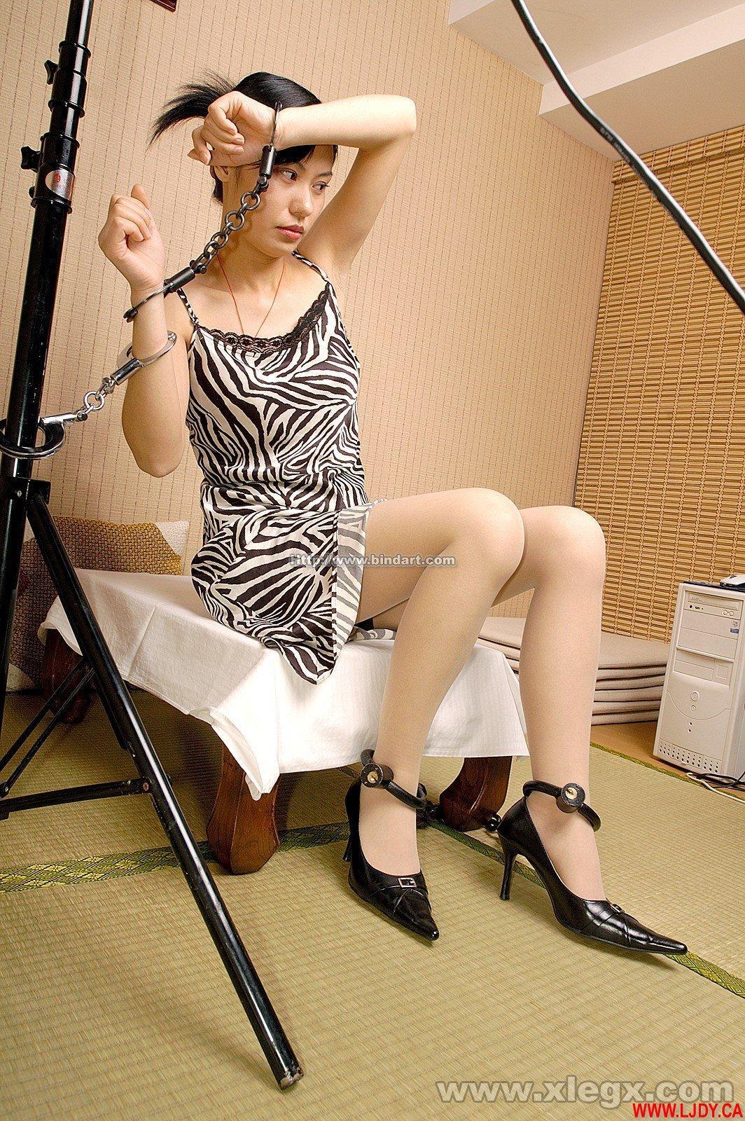 女戴手铐脚镣图片