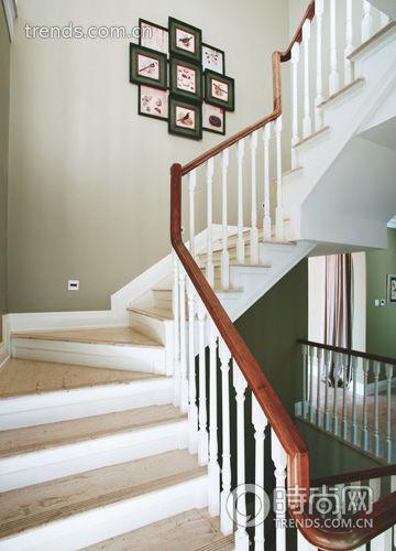 小户型也可以打造自己的小复式。家中如果有楼梯,就像别墅哦。装修中最大的亮点就是楼梯的设计,时尚新颖。小编为你带来几款楼梯扶手装修效果图,汇集2012年最新的楼梯扶手装修效果图精华,赶紧来看。  小户型楼梯间装修效果图:我们的阶梯书柜 很少有人能换个角度看楼梯,那层层叠叠的复式楼梯装修图片其实与我们规规矩矩放在书房里的书柜没什么不同。牢靠的钢结构可以保证我们在使用楼梯时的安全, 不会因为将楼梯踏步的下方空间掏空而出现任何安全隐患。这样一来,你起码可以省出一整面墙那么大的面积,本来打算放置书柜的空间现在可以用