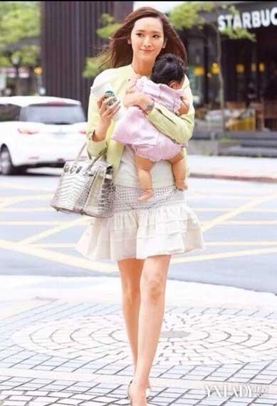 吴佩慈时尚抱女儿街拍 网友:把孩子当小狗解瘾_明星街拍