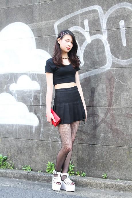 日本美女街拍图片 红花半身裙搭配少不了鞋包绿叶_日韩街拍