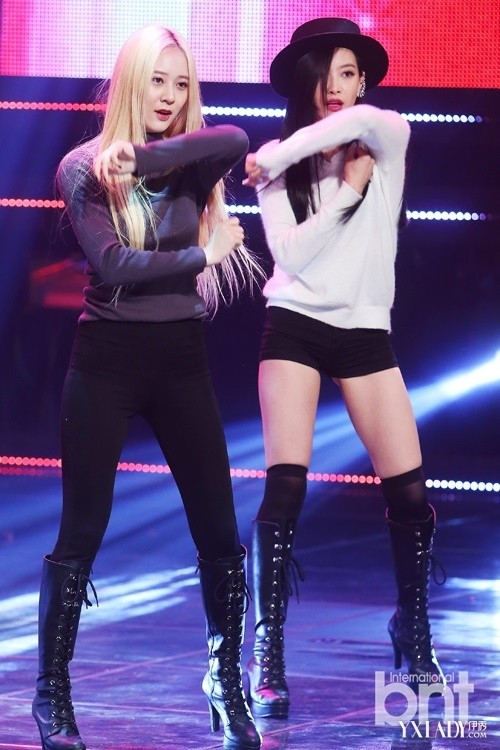 fx组合成员Krystal郑秀晶和队长宋茜秀出令人羡慕嫉妒恨的大长腿,卖图片