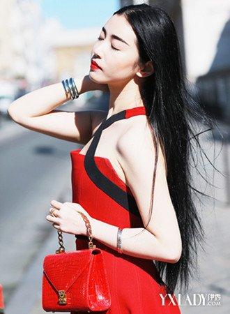 张辛苑时装周高清图曝光其选用深色大衣搭配精致裙装现身