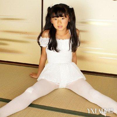 小女孩穿芭蕾紧身衣_【图】小学生穿白色连裤袜图片欣赏 女孩对连裤袜宠爱有加_小 ...