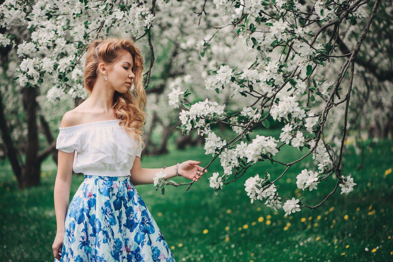 456611347886243884--碎花 半身裙 蓝色 白色 花 女生 女人 侧脸 春天.jpeg