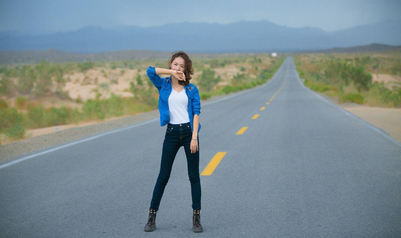 441688870507773971--蓝色外套 白色T恤 v领 紧身牛仔裤 马丁靴 户外 公路.jpg