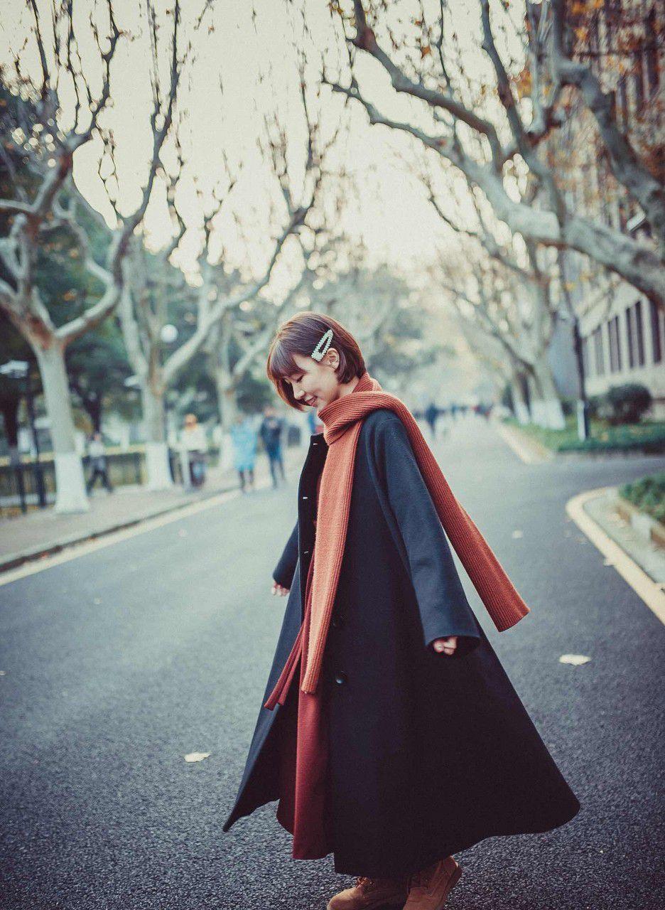 555701096661909791--外套 风衣 围巾 发夹 女生 桔红色 橘色.jpg