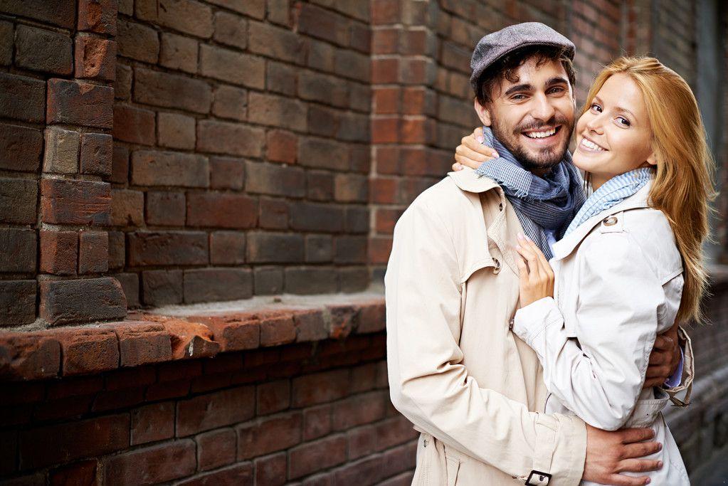 387440667637579855--浅色风衣 外套 情侣 恋爱 爱情 围巾 帽子 大衣 米色 拥抱 男生 女生.jpg