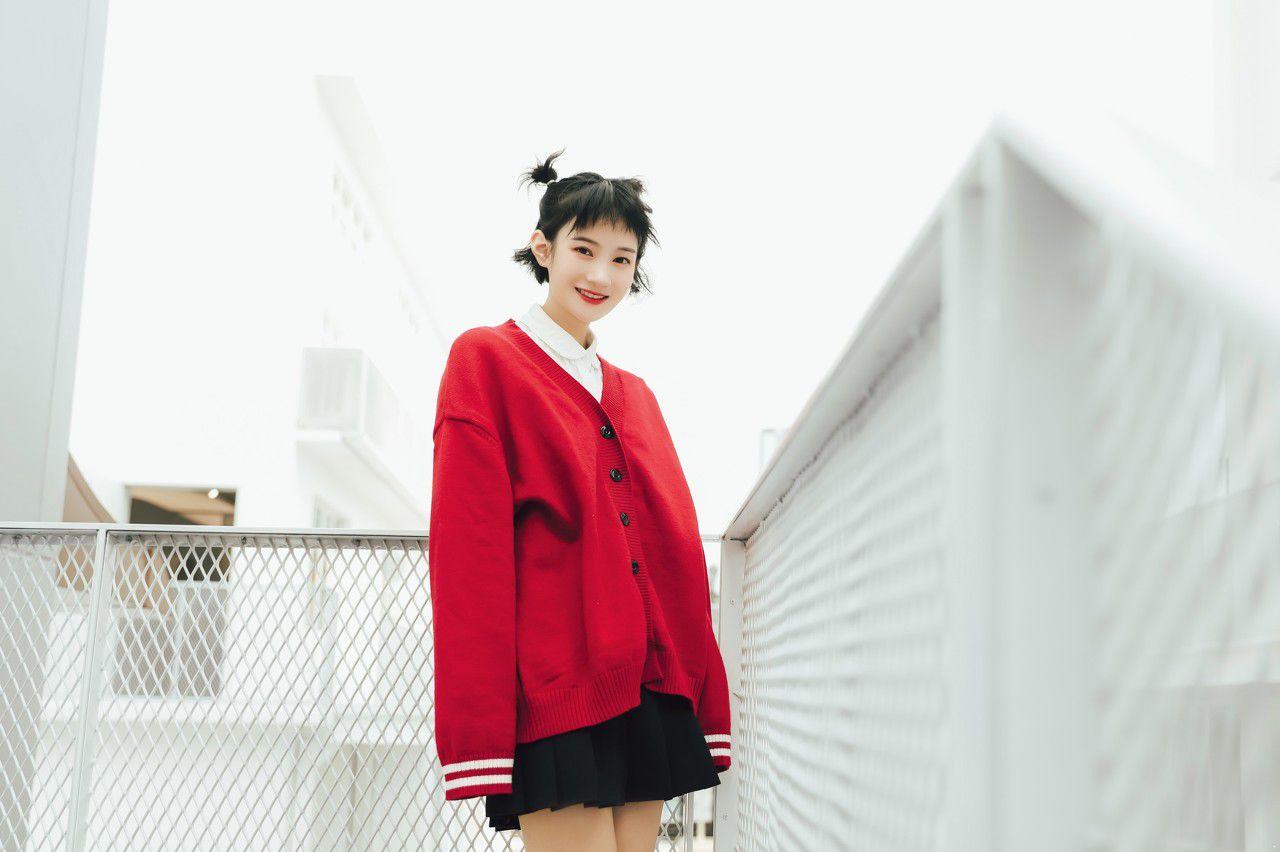 567548480478904356--红色针织衫 针织开衫 女士 女生 女人 黑色百褶裙 短裙 微笑 开心 刘海 丸子头.jpg
