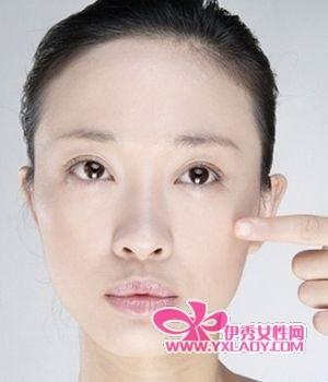 可用茶叶水或新鲜土豆片敷于眼周