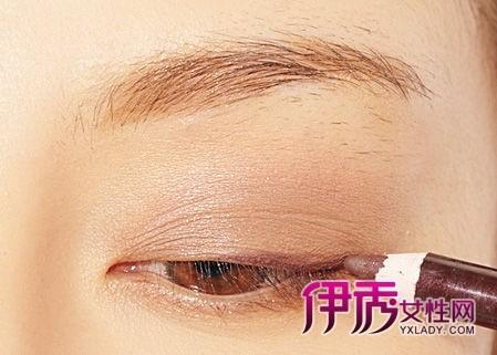 描绘棕色眼线