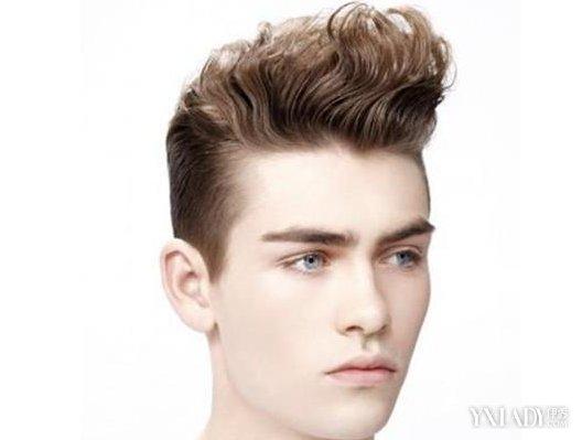 男生亚麻灰头发发型欣赏 4种发型让你瞬间变男神图片