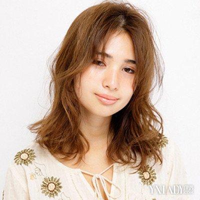 韩式中分卷发图片欣赏 四款中分中长卷发发型唯美迷人图片