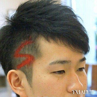 这位两边剃光的男生头发发型也是这样,先把头发剪到一大半,再在剃图片