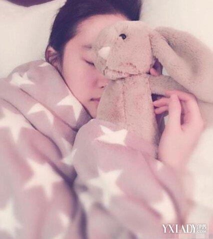 【图】刘亦菲美如桃花 素颜睡照肌肤白皙显清纯<美肤>