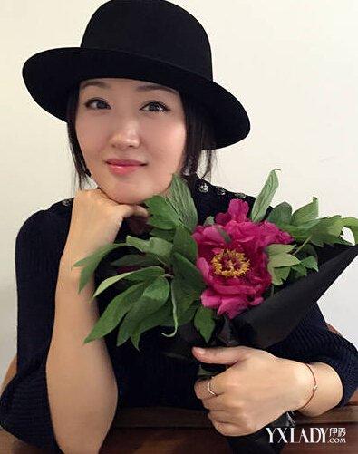 【图】45岁杨钰莹抱花赏画 皮肤白皙显年轻<美肤>