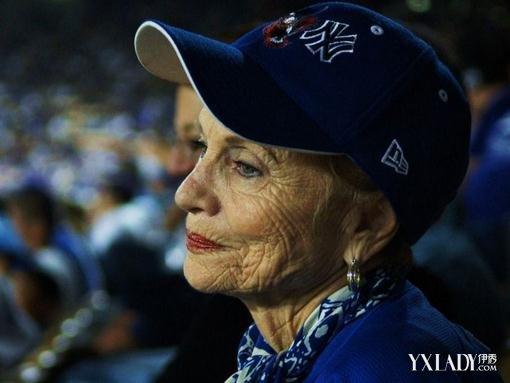 英国95岁老婆婆因太寂寞报警求陪聊