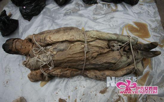 3月1日,江苏省泰州市出土的明代女尸出棺后特别僵硬。
