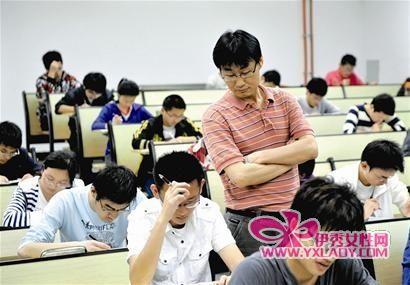 夏增民老师在监考